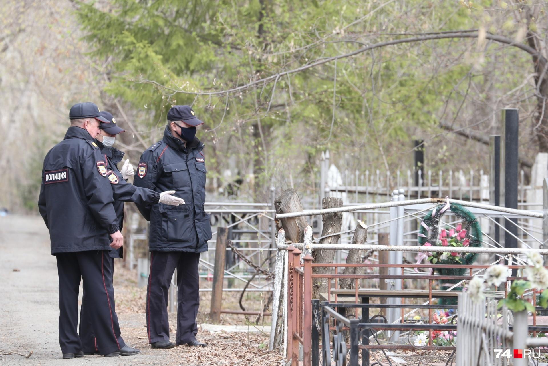 Зато могилы сотрудники МВД рассматривают с интересом