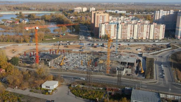 Видео: в Волгаре начали возводить первый этаж будущего ТЦ