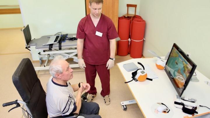 Вертолет санавиации вывез из Заболотья в Тобольск двух местных жителей, у которых случился инсульт