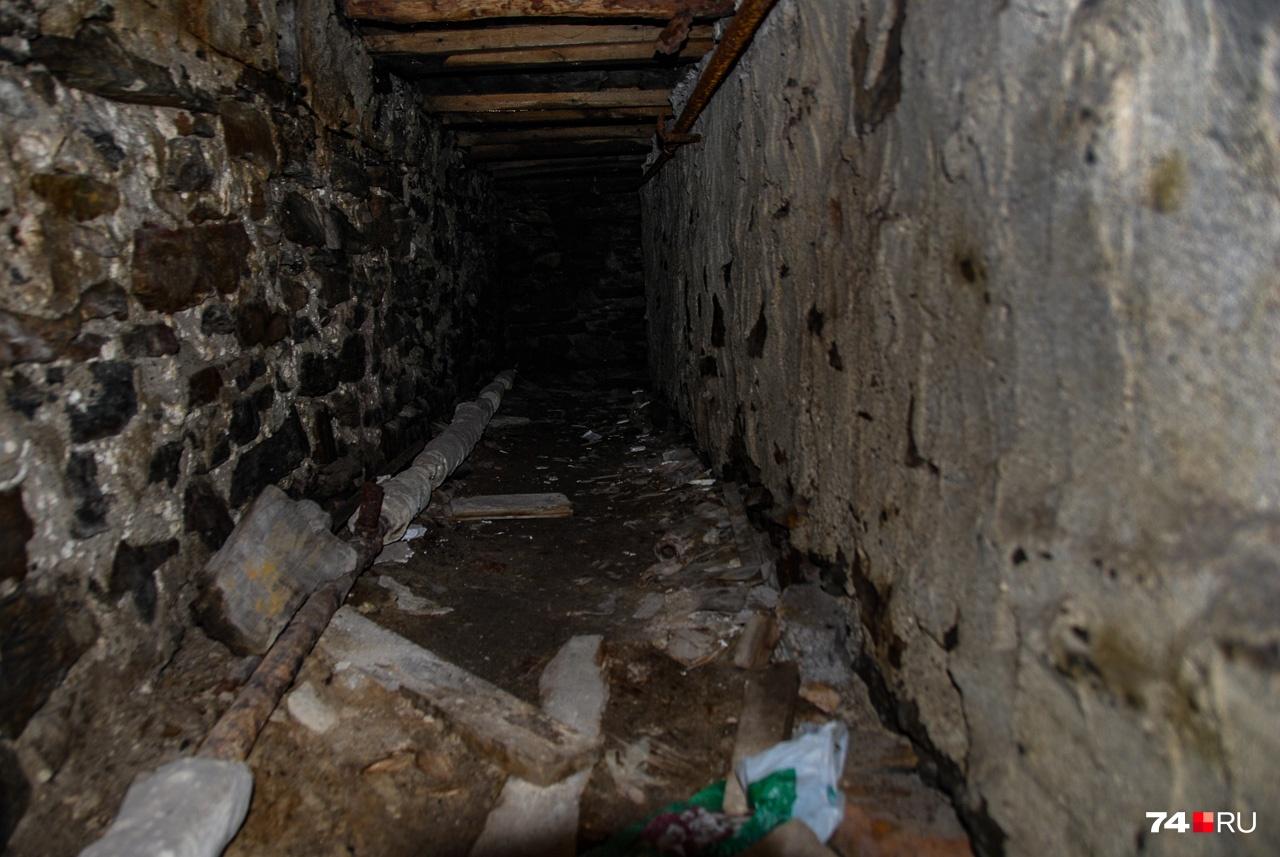 Да и копать особо не надо: под зданиями идут коммуникационные тоннели, говорят — на километры. В последние годы большинство из них должны были заглушить