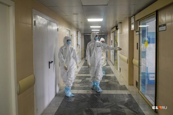 В больницах Свердловской области в тяжелом состоянии находится 81 пациент с COVID-19