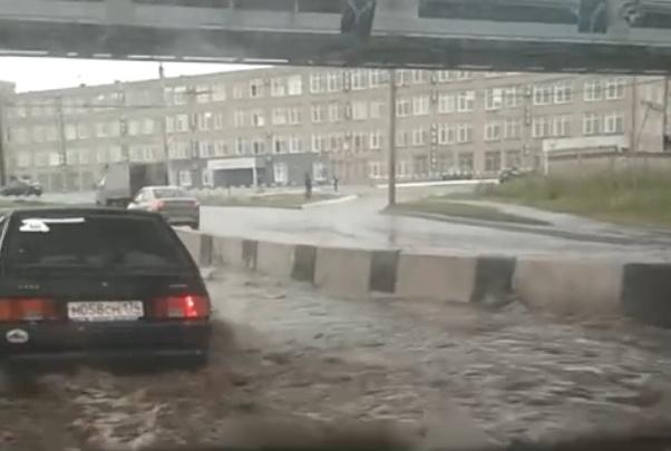 «Воды по пояс»: челябинские автомобилисты встали в луже после дождя