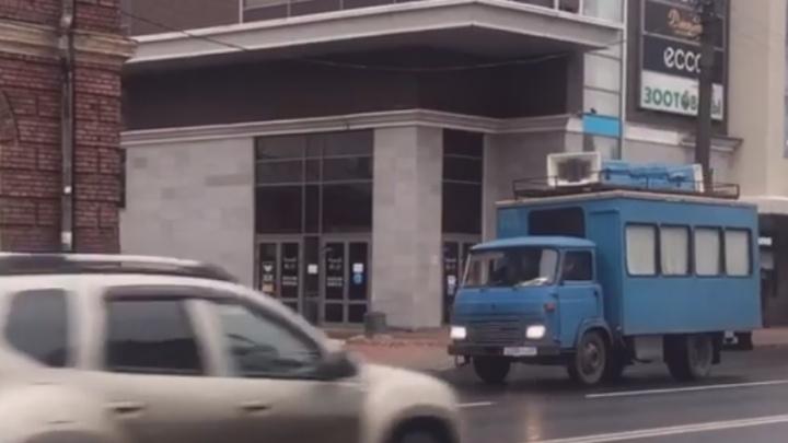 По улицам Архангельска ездит антикоронавирусный автомобиль — видео