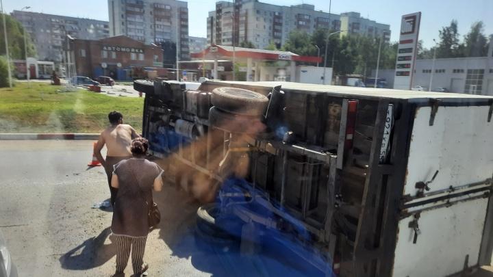 На Московке произошла тройная авария — от сильного удара перевернулась на бок «Газель»