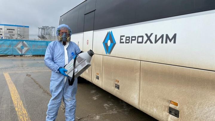 «С хлоркой и санитайзерами»: смотрим, как под Волгоградом дезинфицируют автобусы и промплощадки