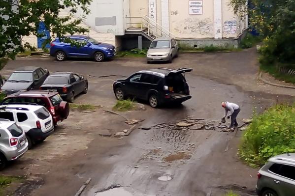 Одну из ям Олег заложил материалами с дачи
