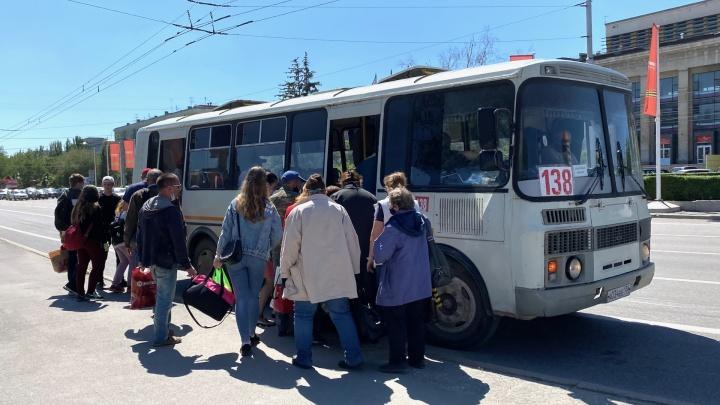 «Пассажиры просили разгрузить автобусы»: Волжский выпускает маршрутки с «карантина»