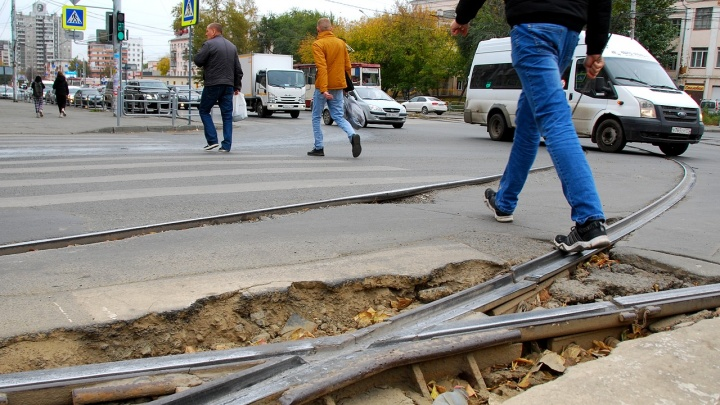 Аж потряхивает! Проверяем, как в Челябинске сглаживают трамвайные переезды