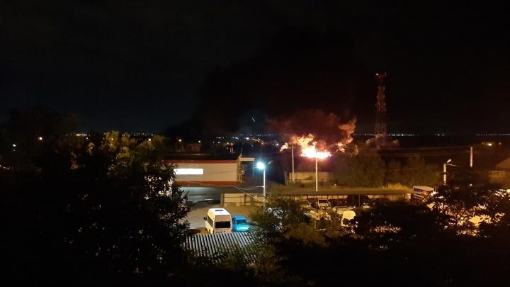 На севере Волгограда полночи тушили вспыхнувший склад с шинами