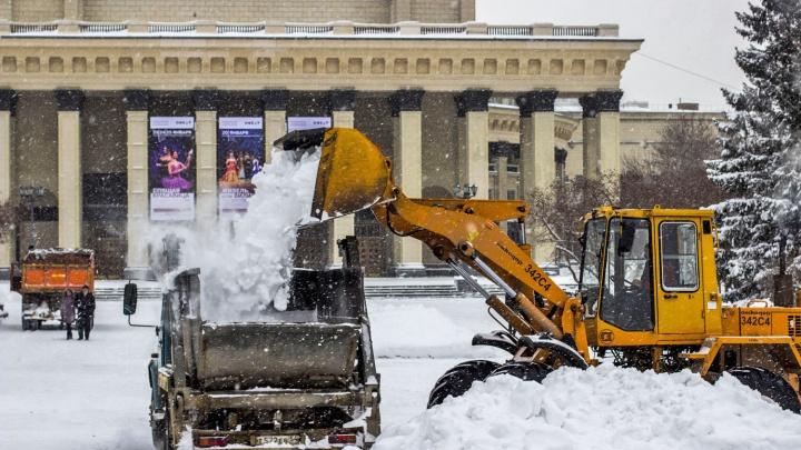 Завалило по самый оперный: считаем, сколько снега вывезли с улиц Новосибирска и много ли денег потратили