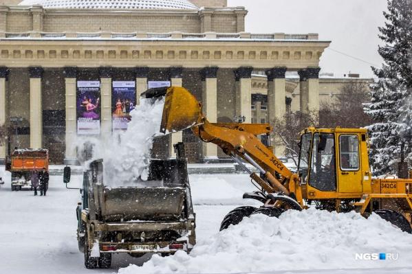 За зиму с улиц Новосибирска вывезли столько снега, что по размеру его можно сравнить с 9 оперными театрами