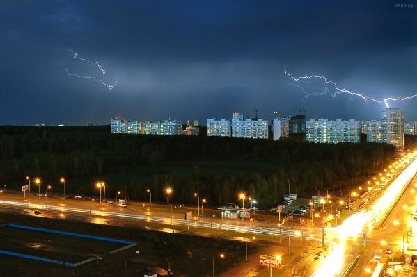 В некоторых районах города сверкают молнии