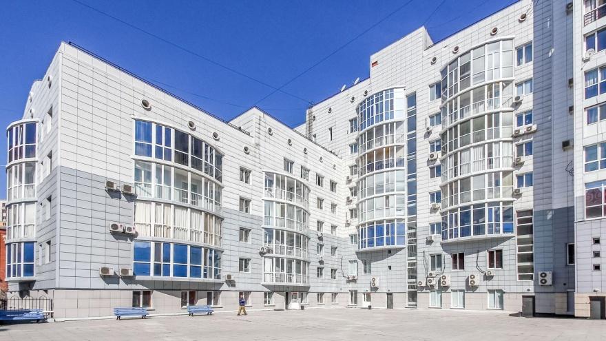 С видом на долгострой и четырехметровыми потолками: в Тюмени за 18 миллионов продают элитную квартиру