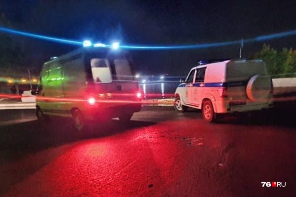 Прохожие, увидев истекающего кровью мужчину, вызвали полицию и скорую помощь