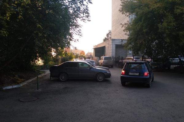 Из-за стройки на улице Дмитрия Шамшурина проезжую часть временно проложили по жилым дворам