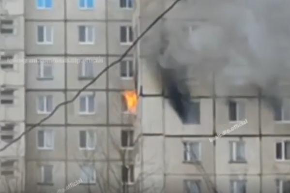 20 человек самостоятельно вышли из дома еще до приезда пожарных. Остальных 12 с верхних этажей вывели спасатели