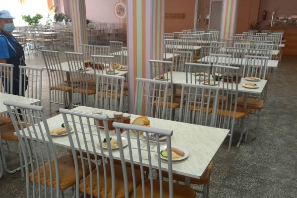Классы в гимназии по требованиям Роспотребнадзора обедают строго по графику и не пересекаются друг с другом