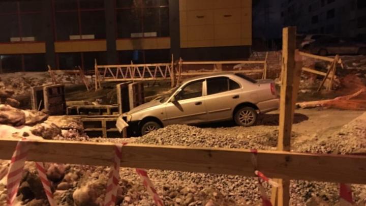 На Эльмаше водитель на Hyundai влетел в траншею и бросил застрявший автомобиль