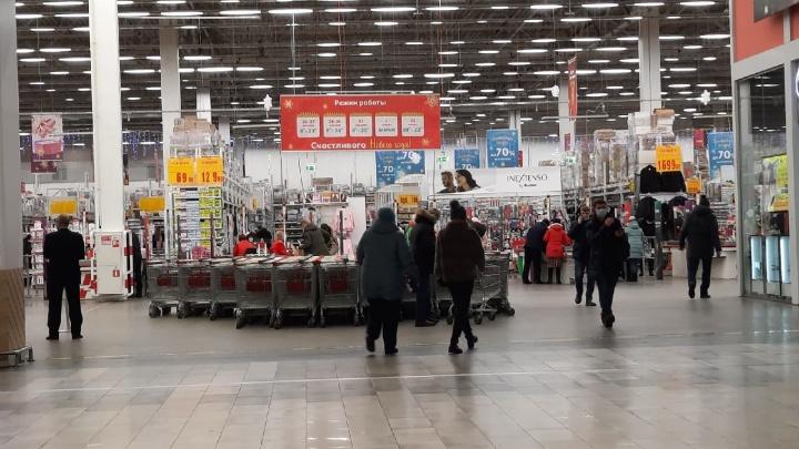 «Будем сычевать»: спрашиваем у покупателей магазинов, с чем они отмечают Новый год