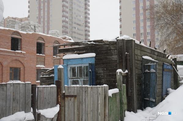 Старый частный дом по адресу Семьи Шамшиных, 43а сносят для строительства высотки