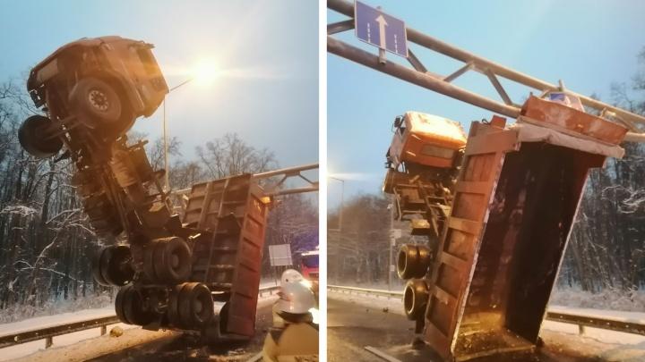 На Волжском шоссе грузовик встал на дыбы и застрял