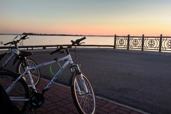 А вы любите кататься на велосипедах по городу? Какие минусы и плюсы этого видите<br>