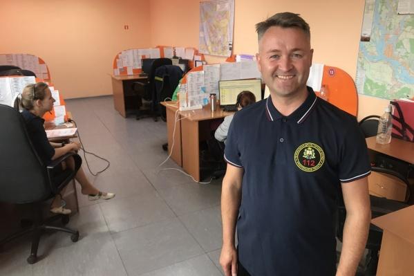Дмитрий Чистяков на своем рабочем месте в Центре обработки вызовов 112