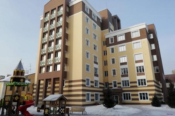 Дома находятся рядом с улицей Богдана Хмельницкого — одним из достопримечательных мест Новосибирска, поэтому застройщик, как указано на сайте, постарался соблюсти стиль и расцветку улицы
