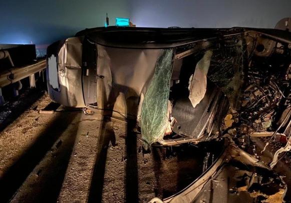 Мужчина на «Тойоте» врезался в бетонный блок в Новосибирской области и умер от полученных травм