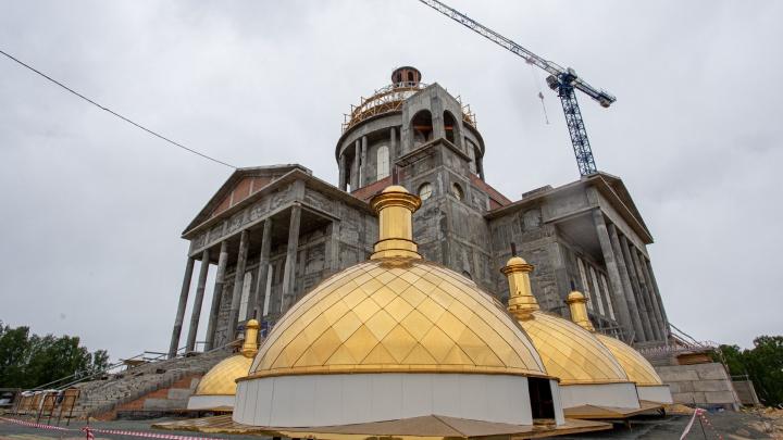 А теперь — о высоком. Определились сроки освящения куполов нового кафедрального собора Челябинска