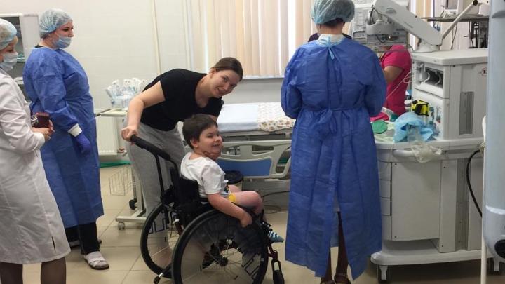 Мальчик со спинально-мышечной атрофией получил первую инъекцию дорогого укола. Его брат умер, не дождавшись его
