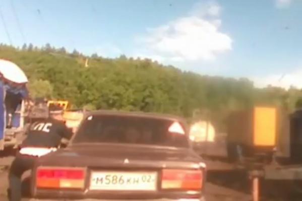 Автомобиль удалось остановить при помощи пуль