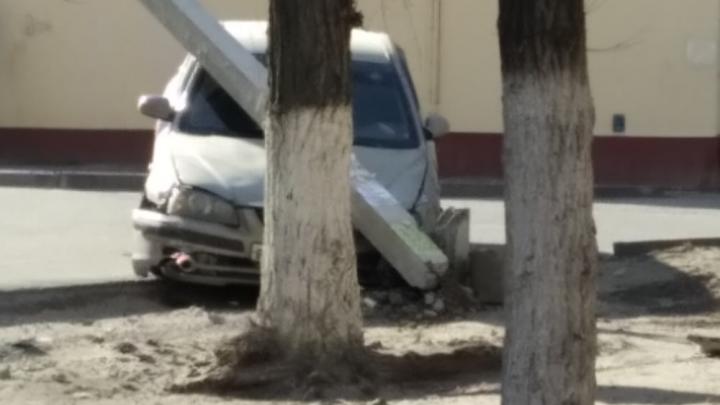 Ехал пьяным и цеплял машины: подробности аварии в волгоградском дворе, оставившей горожан без света