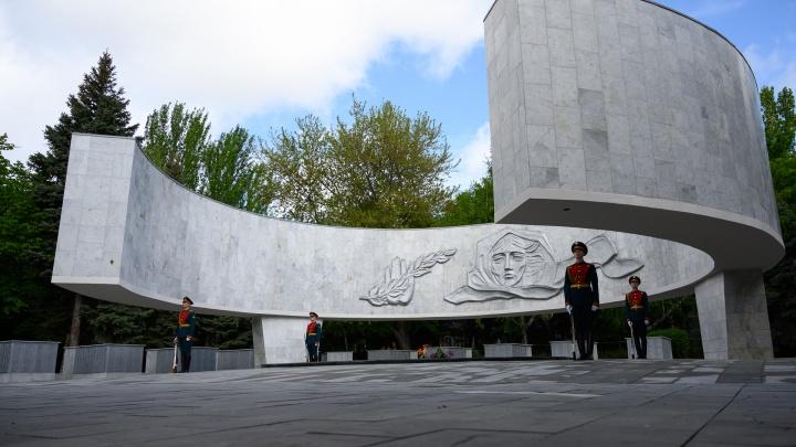 Ростовские военные возложили цветы к Вечному огню в сквере имени Фрунзе: фоторепортаж