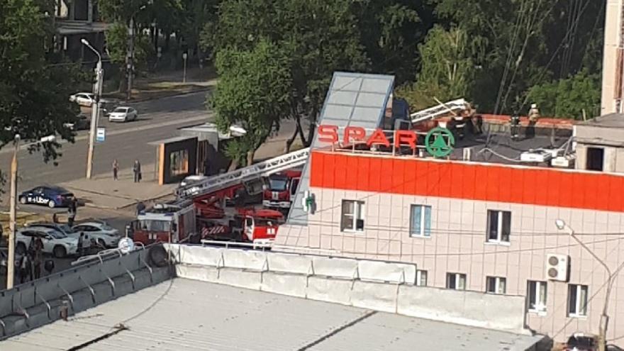 Посетителей крупного супермаркета в Челябинске эвакуировали из-за пожара рядом с магазином