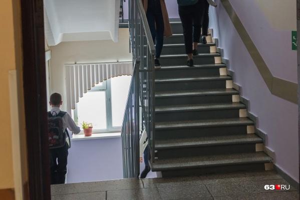 Родители школьников считают, что из-за директора в образовательном учреждении слишком часто менялись учителя