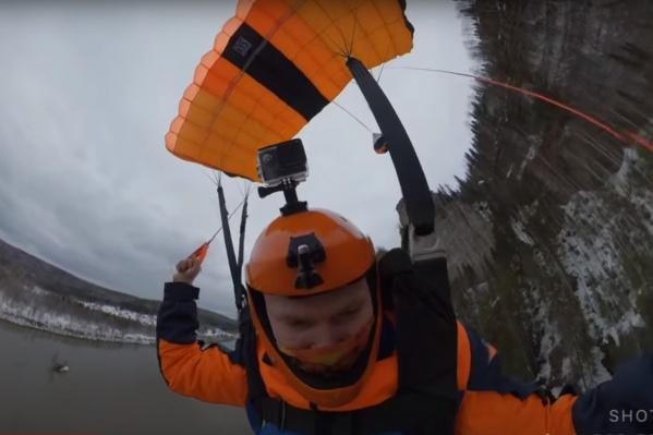 Во время прыжкабейсджампер задел елку, но обошлось без травм
