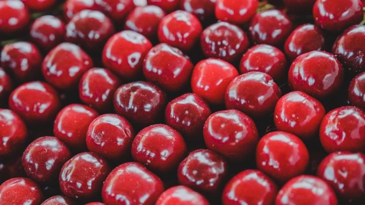 Сочные и спелые: где и за сколько в Перми продают черешню и клубнику