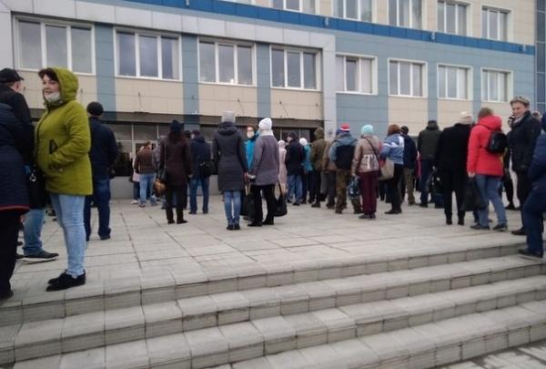 Работники машиностроительного завода в Златоусте толпятся на проходной