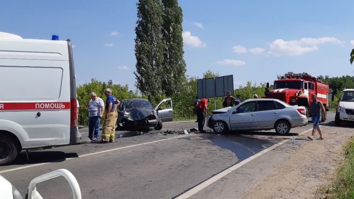 Пустили всех в объезд: около Новосемейкино лоб в лоб столкнулись два авто