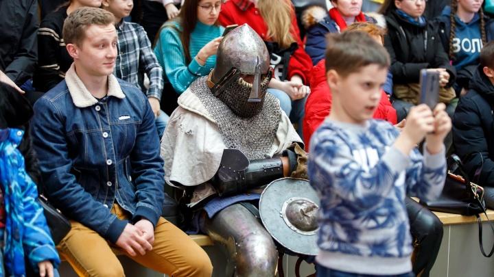 «Фантазёры» и «Коты»: рассказываем, кто скрывался под шлемами рыцарей на турнире в Волгограде