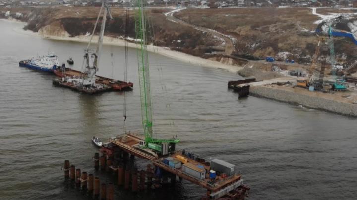 Строители моста у Климовки начали монтировать опоры у правого берега Волги: видео