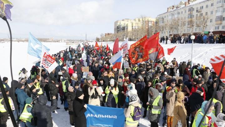 На митинге в Архангельске произошла потасовка с полицией. Один человек задержан