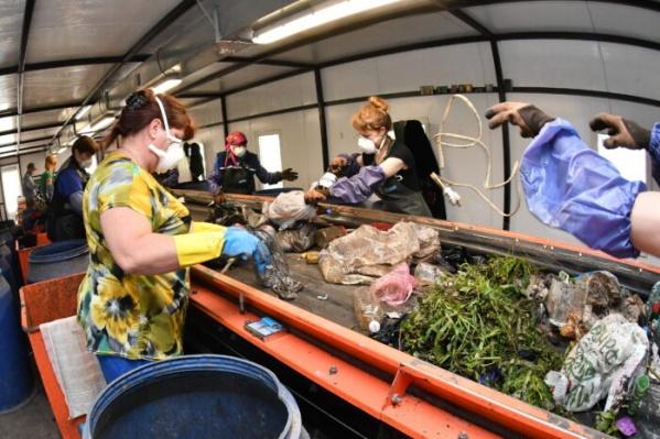Отходы на мусоросортировочных комплексах отбирают вручную
