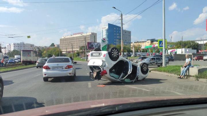 Две женщины-водителя устроили ДТП с переворотом в Челябинске. Смотрим момент столкновения
