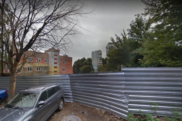 Здание все ещё находится за железным забором
