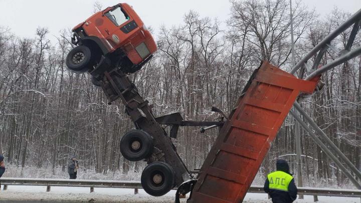 В МВД рассказали, почему грузовик встал на дыбы на Волжском шоссе