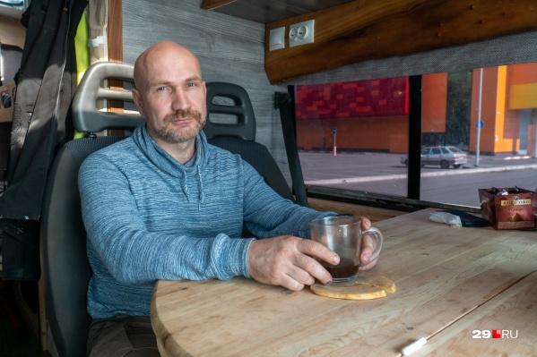 Владимир Амосов сделал из своего фургона место, в котором можно жить практически круглый год