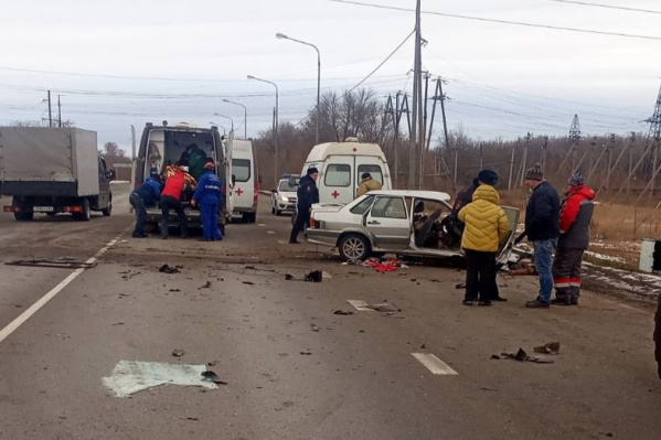 Вместе со спасателями на место аварии прибыли полиция и скорая помощь