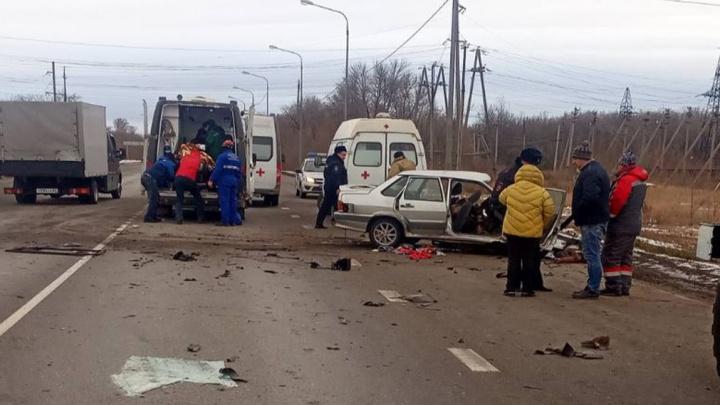 Вырезали из салона: на трассе в Самарской области КАМАЗ врезался в ВАЗ
